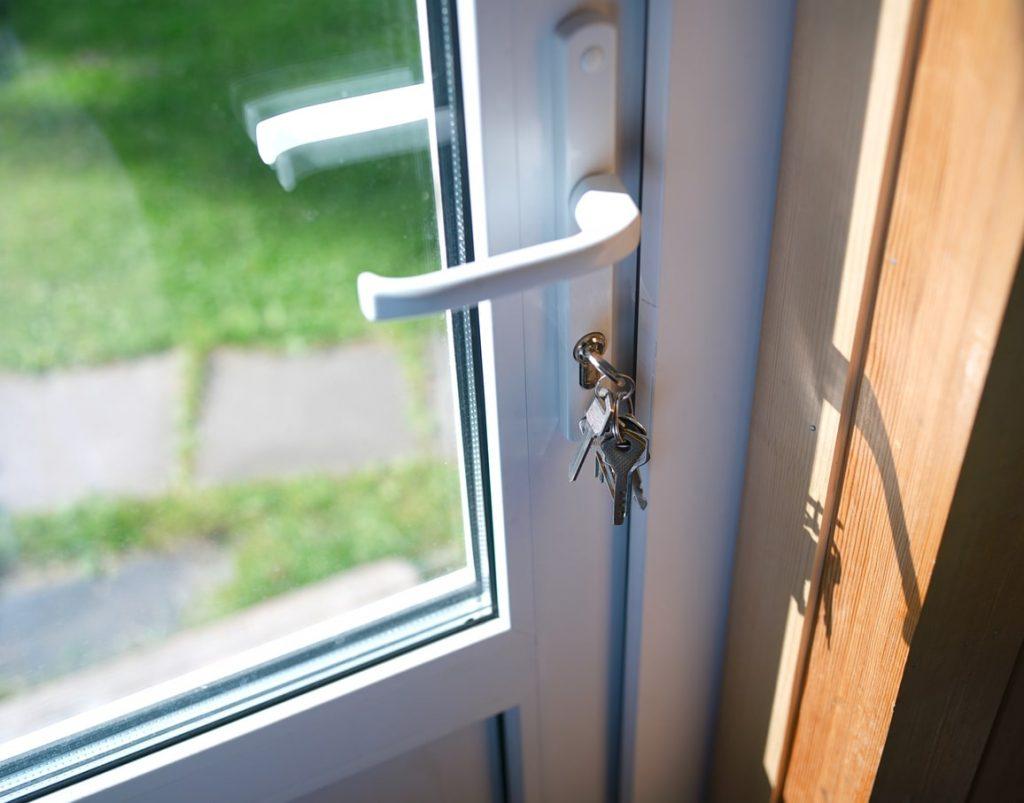 Comment Peindre Une Porte En Pvc porte pvc : prix porte d'entrée, porte-fenêtre, porte de garage