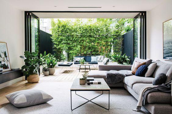 baie vitrée moderne noire